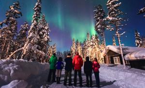 Norrsken över vinterlandskap
